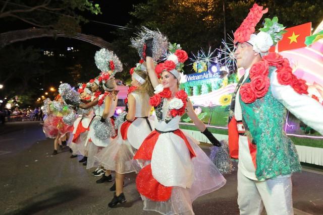 Đà Nẵng cuồng nhiệt trong Carnival đường phố DIFF 2019 tối 16/6 - Ảnh 5.