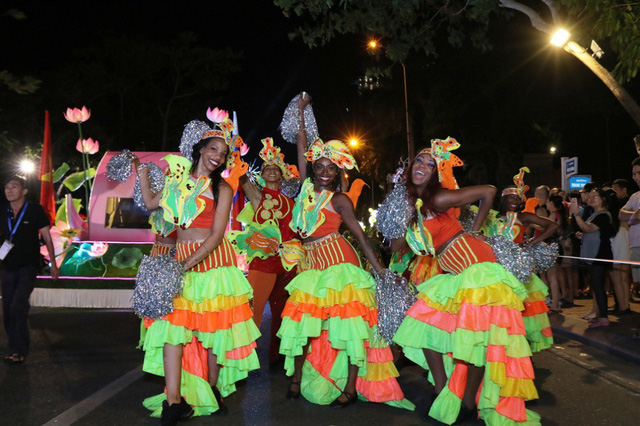 Đà Nẵng cuồng nhiệt trong Carnival đường phố DIFF 2019 tối 16/6 - Ảnh 6.