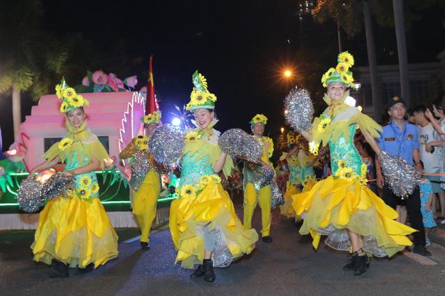 Đà Nẵng cuồng nhiệt trong Carnival đường phố DIFF 2019 tối 16/6 - Ảnh 9.