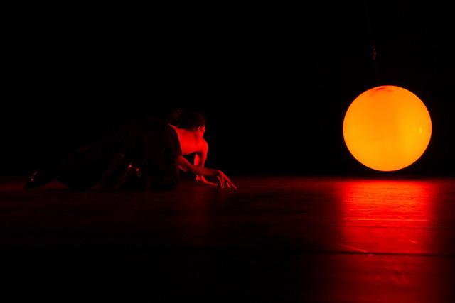 Mãn nhãn màn múa trên patin của nghệ sĩ người Pháp gốc Việt - Ảnh 1.