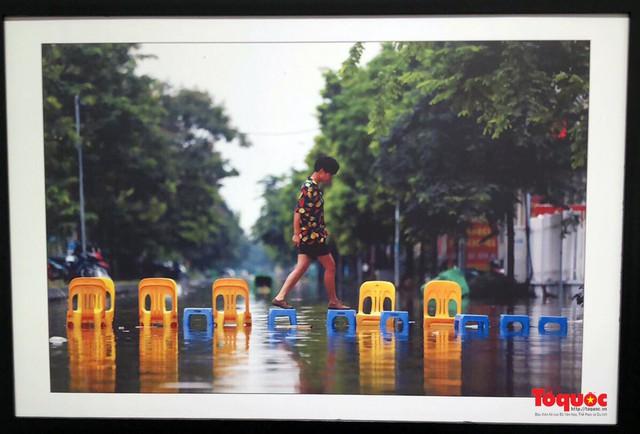 Triển lãm ảnh Dấu ấn 2: Trưng bày 100 bức ảnh báo chí ấn tượng kỷ niệm ngày Báo chí Việt Nam 21/6 - Ảnh 4.