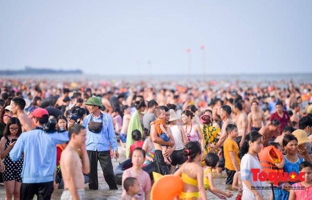 Bãi biển Sầm Sơn đông nghẹt thở ngay từ sáng sớm - Ảnh 7.