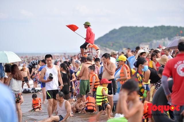 Bãi biển Sầm Sơn đông nghẹt thở ngay từ sáng sớm - Ảnh 9.