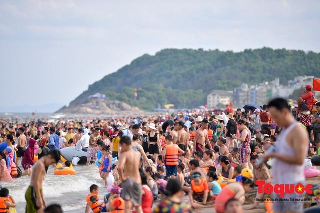 Bãi biển Sầm Sơn đông nghẹt thở ngay từ sáng sớm - Ảnh 3.