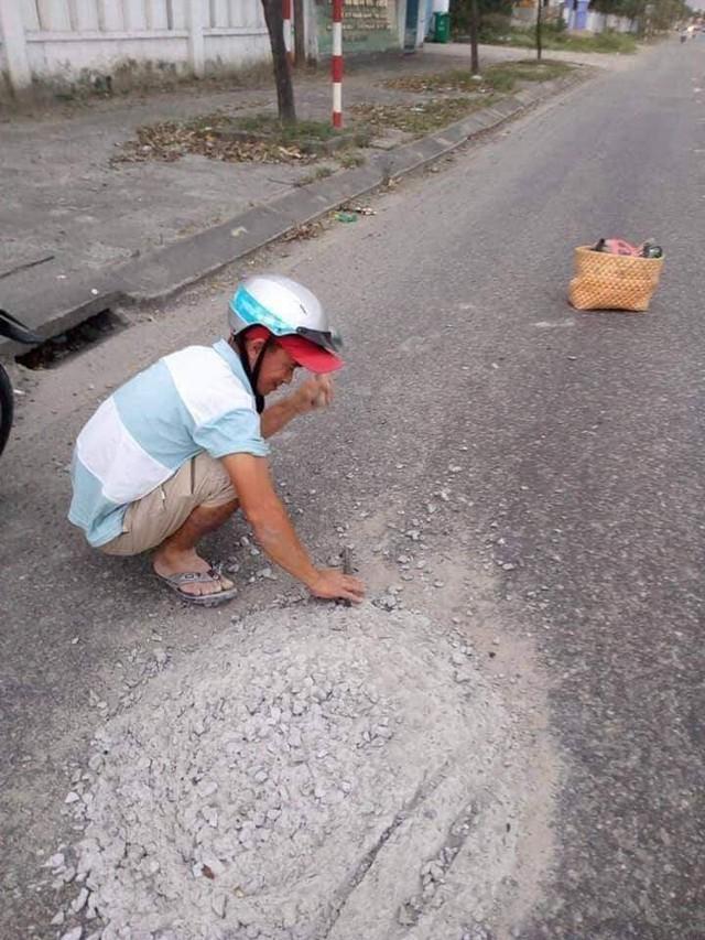 Người đàn ông dừng xe dọn khối bê tông giữa đường được khen thưởng - Ảnh 1.