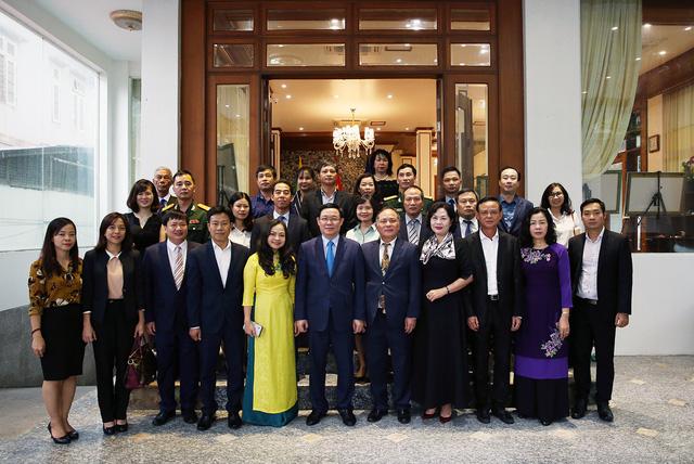 Phó Thủ tướng Vương Đình Huệ thăm Đại sứ quán Việt Nam tại Myanmar - Ảnh 1.