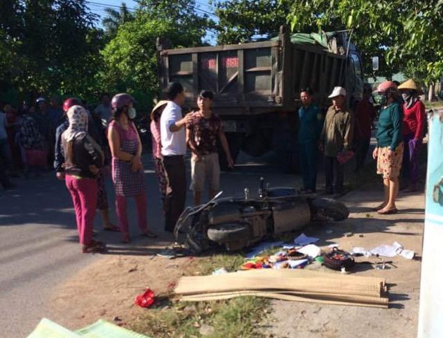 Mẹ tử vong, 2 con bị thương nặng sau va chạm xe máy với xe tải - Ảnh 1.