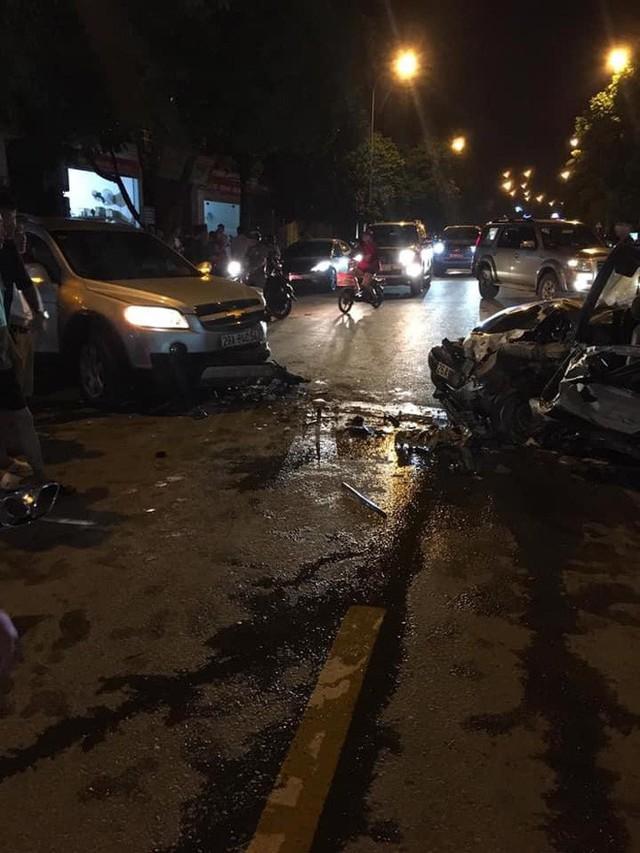 Clip: Khoảnh khắc ô tô chạy lấn làn gây tai nạn nghiêm trọng, hiện trường tai nạn gây ám ảnh - Ảnh 2.