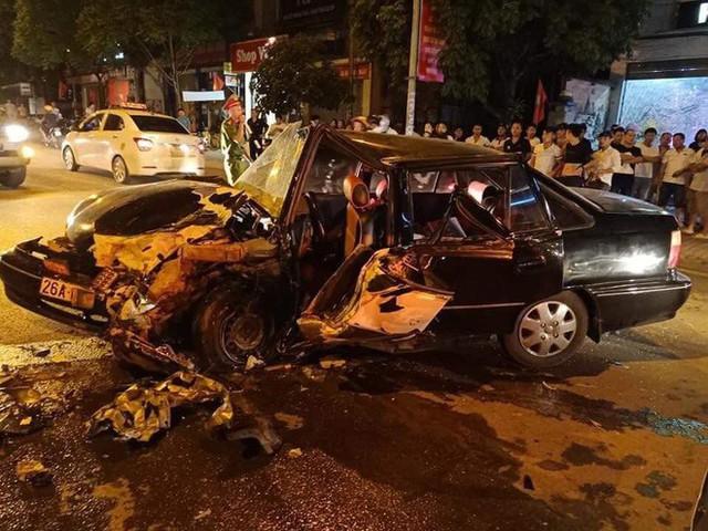 Clip: Khoảnh khắc ô tô chạy lấn làn gây tai nạn nghiêm trọng, hiện trường tai nạn gây ám ảnh - Ảnh 3.