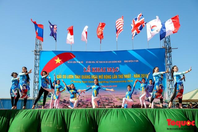 Khai mạc giải dù lượn Việt Nam mở rộng 2019: Phi công quốc tế phô diễn kỹ thuật trên bầu trời Lý Sơn - Ảnh 1.