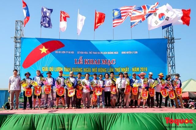 Khai mạc giải dù lượn Việt Nam mở rộng 2019: Phi công quốc tế phô diễn kỹ thuật trên bầu trời Lý Sơn - Ảnh 5.