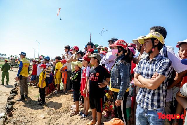 Khai mạc giải dù lượn Việt Nam mở rộng 2019: Phi công quốc tế phô diễn kỹ thuật trên bầu trời Lý Sơn - Ảnh 10.