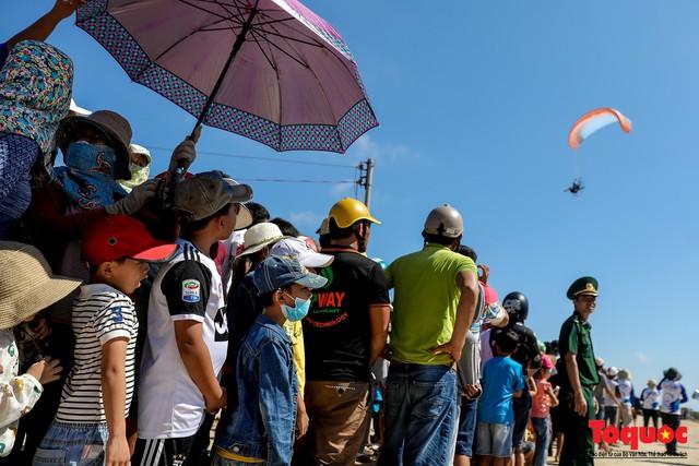 Khai mạc giải dù lượn Việt Nam mở rộng 2019: Phi công quốc tế phô diễn kỹ thuật trên bầu trời Lý Sơn - Ảnh 11.