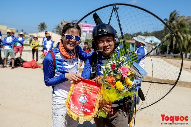 Khai mạc giải dù lượn Việt Nam mở rộng 2019: Phi công quốc tế phô diễn kỹ thuật trên bầu trời Lý Sơn - Ảnh 12.