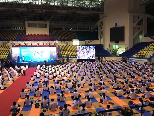 Gần 1.000 người dân Hà Nội tham gia đồng diễn hưởng ứng Ngày Quốc tế Yoga - Ảnh 3.