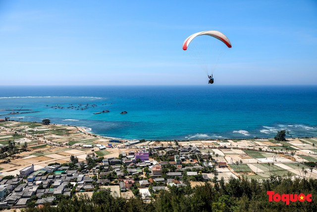 Gần 100 phi công dù lượn tô điểm cho cảnh sắc hùng vĩ trên bầu trời Lý Sơn - Ảnh 2.