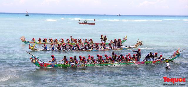 Hàng ngàn người dân đội nắng, lội nước đi xem lễ hội đua thuyền ở đảo Lý Sơn - Ảnh 1.