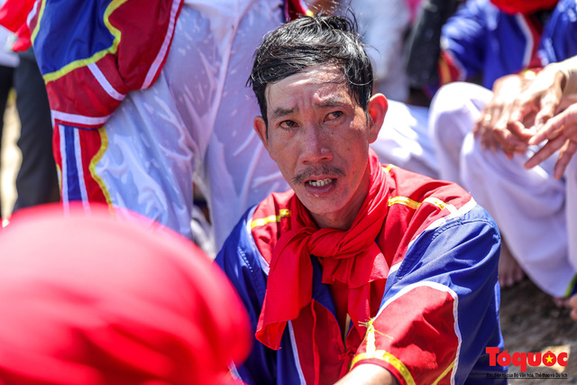 Hàng ngàn người dân đội nắng, lội nước đi xem lễ hội đua thuyền ở đảo Lý Sơn - Ảnh 6.