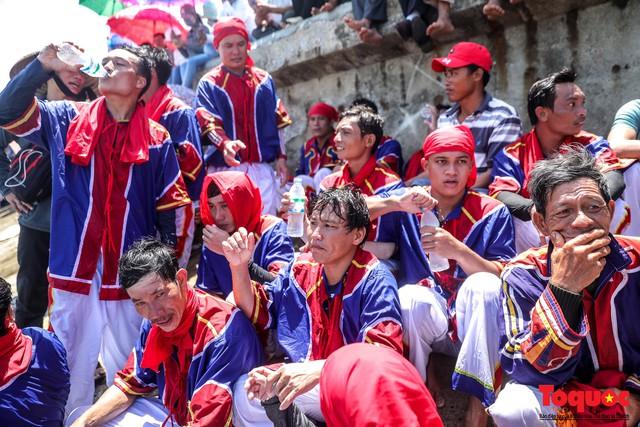 Hàng ngàn người dân đội nắng, lội nước đi xem lễ hội đua thuyền ở đảo Lý Sơn - Ảnh 7.