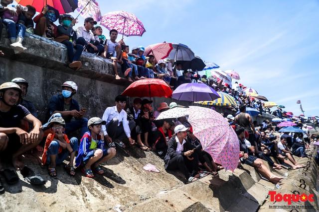Hàng ngàn người dân đội nắng, lội nước đi xem lễ hội đua thuyền ở đảo Lý Sơn - Ảnh 4.