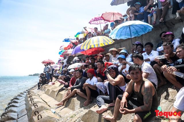 Hàng ngàn người dân đội nắng, lội nước đi xem lễ hội đua thuyền ở đảo Lý Sơn - Ảnh 3.