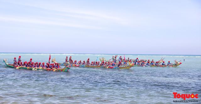 Hàng ngàn người dân đội nắng, lội nước đi xem lễ hội đua thuyền ở đảo Lý Sơn - Ảnh 2.