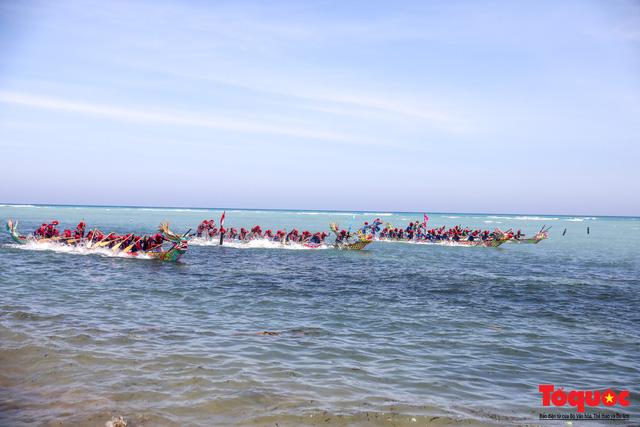 Hàng ngàn người dân đội nắng, lội nước đi xem lễ hội đua thuyền ở đảo Lý Sơn - Ảnh 8.