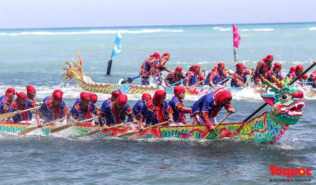 Hàng ngàn người dân đội nắng, lội nước đi xem lễ hội đua thuyền ở đảo Lý Sơn - Ảnh 9.