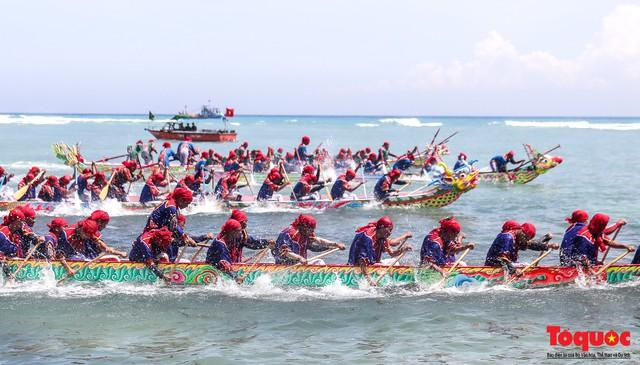 Hàng ngàn người dân đội nắng, lội nước đi xem lễ hội đua thuyền ở đảo Lý Sơn - Ảnh 10.