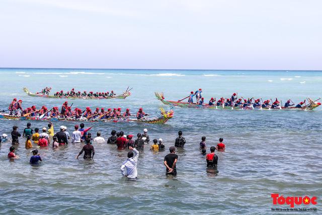 Hàng ngàn người dân đội nắng, lội nước đi xem lễ hội đua thuyền ở đảo Lý Sơn - Ảnh 11.