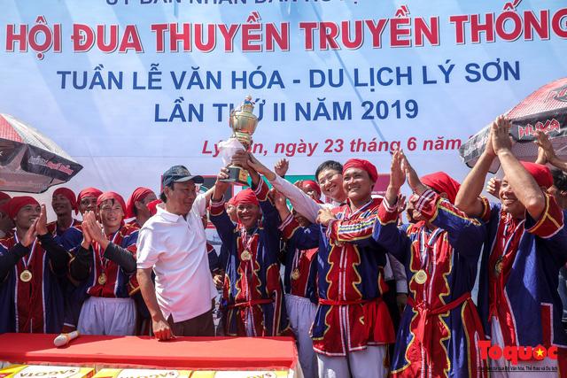 Hàng ngàn người dân đội nắng, lội nước đi xem lễ hội đua thuyền ở đảo Lý Sơn - Ảnh 13.