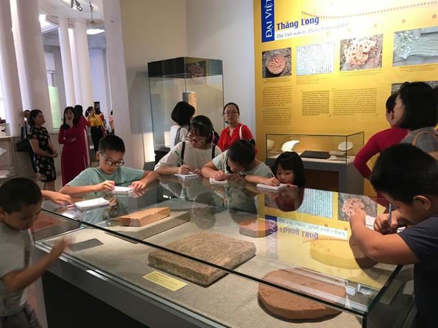 Ngắm sách vàng, kiếm vàng và các bảo vật quốc gia tại Bảo tàng lịch sử - Ảnh 7.