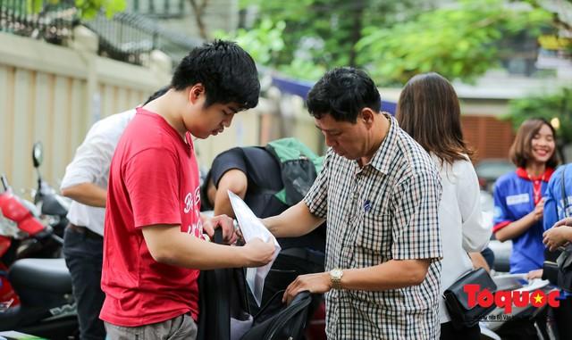 Hà Nội: Hơn 74.000 thí sinh làm thủ tục dự thi THPT Quốc gia 2019 - Ảnh 12.