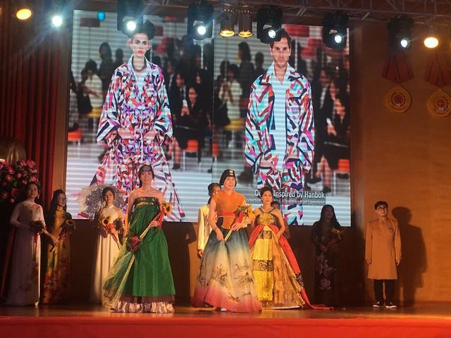 Màn trình diễn đan xen Áo dài – Hanbok quảng bá văn hóa Việt Nam và Hàn Quốc - Ảnh 1.