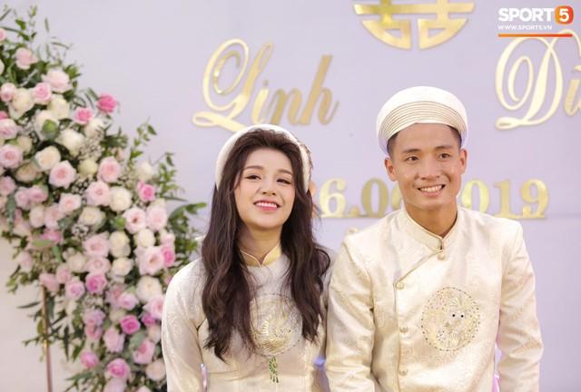 Bùi Tiến Dũng hôn say đắm cô dâu Khánh Linh trong lễ ăn hỏi - Ảnh 3.
