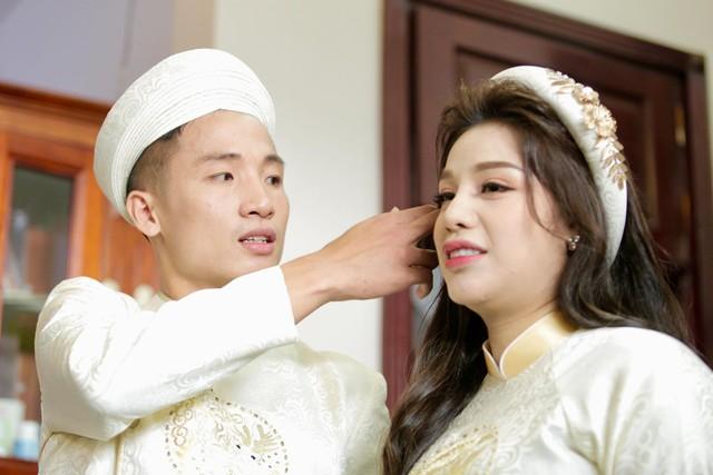Bùi Tiến Dũng hôn say đắm cô dâu Khánh Linh trong lễ ăn hỏi - Ảnh 6.