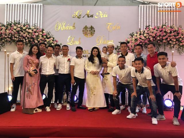 Bùi Tiến Dũng hôn say đắm cô dâu Khánh Linh trong lễ ăn hỏi - Ảnh 9.