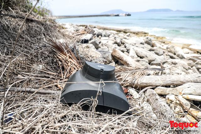 Bờ biển Lý Sơn vẫn ngập rác thải sau nhiều năm nỗ lực xử lý - Ảnh 9.