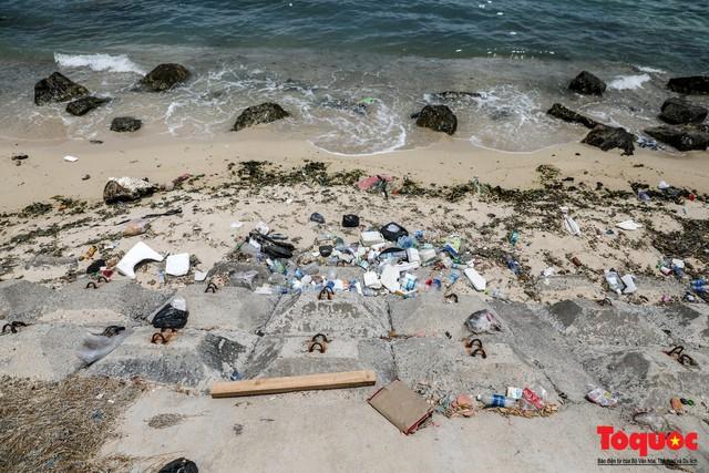Bờ biển Lý Sơn vẫn ngập rác thải sau nhiều năm nỗ lực xử lý - Ảnh 4.