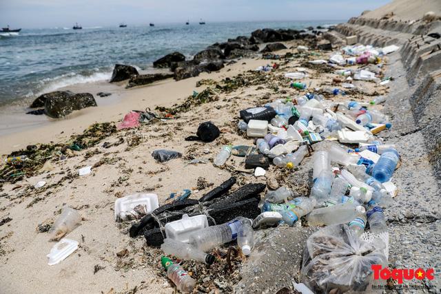 Bờ biển Lý Sơn vẫn ngập rác thải sau nhiều năm nỗ lực xử lý - Ảnh 2.