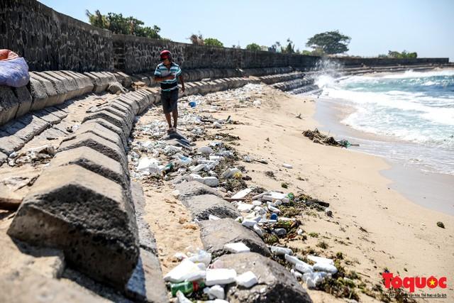 Bờ biển Lý Sơn vẫn ngập rác thải sau nhiều năm nỗ lực xử lý - Ảnh 3.