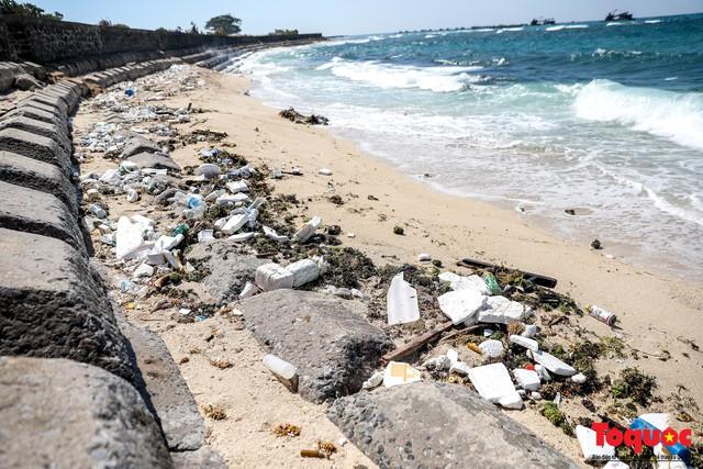 Bờ biển Lý Sơn vẫn ngập rác thải sau nhiều năm nỗ lực xử lý - Ảnh 1.