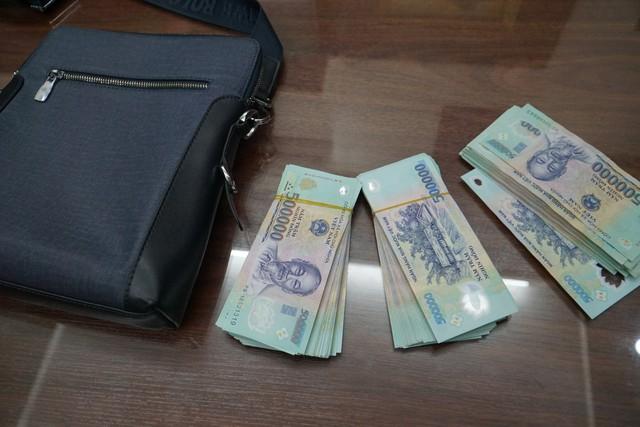 Tài xế taxi trả lại túi xách bên trong có hàng trăm triệu đồng cho du khách bỏ quên - Ảnh 1.