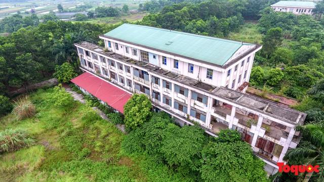 Khung cảnh hoang tàn của bệnh viện 1000 giường bị bỏ hoang ở Hà Nội - Ảnh 2.