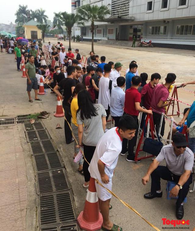 Hàng trăm người xếp hàng từ sớm để mua vé xem U23 Việt Nam - Ảnh 9.