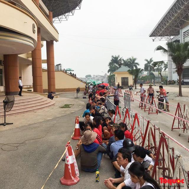 Hàng trăm người xếp hàng từ sớm để mua vé xem U23 Việt Nam - Ảnh 2.