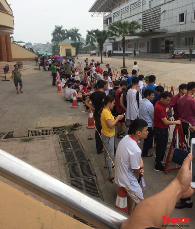 Hàng trăm người xếp hàng từ sớm để mua vé xem U23 Việt Nam - Ảnh 7.