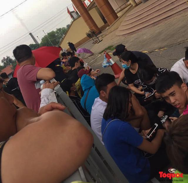 Hàng trăm người xếp hàng từ sớm để mua vé xem U23 Việt Nam - Ảnh 5.