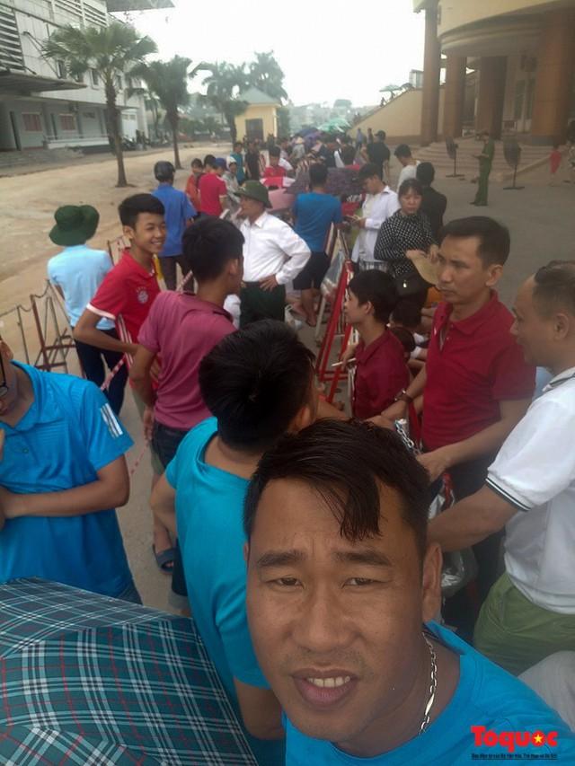 Hàng trăm người xếp hàng từ sớm để mua vé xem U23 Việt Nam - Ảnh 4.