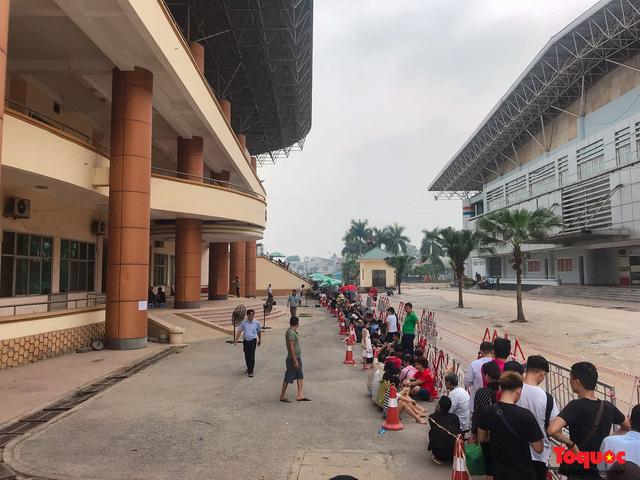 Hàng trăm người xếp hàng từ sớm để mua vé xem U23 Việt Nam - Ảnh 1.